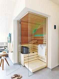Wanne mit Lounge-Ecke, Regendusche, sinnliche Materialien und sogar eine Sauna – im lichtdurchfluteten Wellnessbad fällt Energietanken leicht.