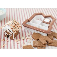 Mini Gingerbread House Cookie Cutter - This is so cute! One cookie cutter makes all of the shapes to make a mini gingerbread house. Gingerbread House Parties, Christmas Gingerbread House, Gingerbread Cookies, Gingerbread Houses, Christmas Goodies, Christmas Treats, Christmas Baking, Christmas Cupcakes, Halloween Christmas