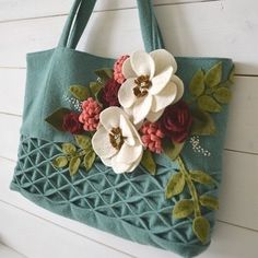 For today's final stop on our Wool Blog Tour Sachiko of @tearosehome created a beautiful wool handbag. This lovely bag is just PERFECT for spring ... Don't you agree? You can find this project today on her blog so head on over! Thank you all so much for following along#pennyrosefabrics #ilovepennyrose #wool #wovenwool #diybags #handbags #create #handmade