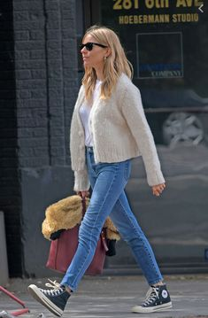 Sienna's clothes and outfits. Find out where to buy the exact clothes Sienna Miller wore. Estilo Sienna Miller, Sienna Miller Style, Style Casual, Casual Looks, Style Me, Casual Street Style, Spring Summer Fashion, Autumn Winter Fashion, Basket Noir
