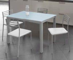 Pack Rei-Cadell: Conjunto de mesa metálica con tapa de cristal en blanco. Cuatro sillas metálicas tapizadas en blanco. Se sirve en Kit de muy fácil montaje y con instrucciones claras. Estructura metálica con recubrimiento epoxi-poliester. Patas con tapas de plástico antirrayado. Cristal templado de 6,5 mm. Tapizado en PVC lavable. Cristal con círculos de acero termo-pegado.