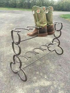 Horseshoe boot rack 6 pair - Cool Welding Project Ideas for Home Welding Art Projects, Welding Crafts, Diy Welding, Metal Welding, Metal Projects, Diy Projects, Welding Tools, Welding Ideas, Diy Tools