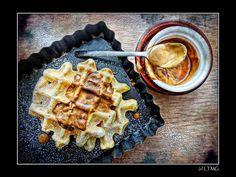 """Gaufres & pancakes, une seule recette ! * 200 g de farine * 15 g de poudre Impérial ou poudre custard (amidon de maïs + arôme vanille / peut être remplacé par de la maîzena et rajoutez un peu de vanille) * 1 sachet de levure chimique (bio, parce que je ne supporte pas la traditionnelle, elle """"pique"""") * 3 sachets de sucre vanillé, dans les 25 g (on peut rajouter du sucre selon les goûts) * 1 pincée de sel * 300 g de lait de soja (ici Alpro) * 40 g d'huile végétale, ici colza"""