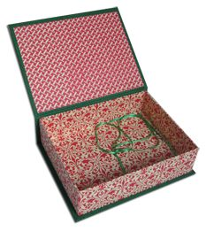 Box covered with different papers and a ribbon inside Covered Boxes, Decorative Boxes, Ribbon, Paper, Books, Handmade, Home Decor, Tape, Livros