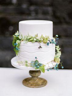 Wedding cake with organic greens / Wild Wedding Cake / Floral Wedding Cake #WeddingCake #weddinginspiration