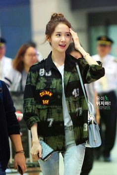 SNSD Yoona Ok. I'm in love with this cutie. and the girl can dance too ^.^ Loved her on 'Prime Minister and I' so adorable Snsd Airport Fashion, Snsd Fashion, Korean Fashion, Im Yoona, Sooyoung, South Korean Girls, Korean Girl Groups, Airport Style, Girls Generation