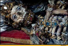 Драгоценные останки. Фото: Paul Koudounaris/BNPS — Карманная вселенная трикстера без имени