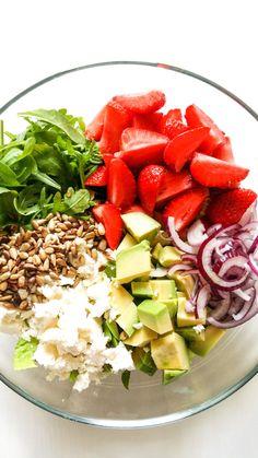 Sałatka z truskawkami awokado i rukolą Cucumber Avocado Salad, Salad Recipes, Healthy Recipes, Polish Recipes, Kitchen Hacks, Cobb Salad, Vegan Vegetarian, Good Food, Food And Drink