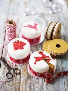 Mini Christmas cakes - I'd make fruit cake :) Christmas Gift Cake, Christmas Cake Designs, Christmas Cake Decorations, Christmas Cupcakes, Miniature Christmas, Christmas Minis, Christmas Cooking, Christmas Goodies, Christmas Treats
