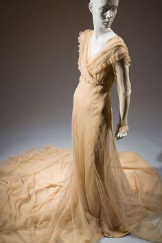 Ivory silk marquisette wedding gown maker unknown 1937 Paris gift of Clifford Michel Vintage Outfits, Vintage Gowns, Vintage Clothing, Antique Wedding Dresses, Wedding Gowns, 1930s Wedding, French Wedding, 1930s Fashion, Vintage Fashion