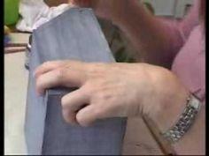 Esse vídeo foi retirado da TV Daiara - www.tvdaiara.com.br - e quem ensina a técnica é a artesã Iara Capraro. Aqui ela ensina a fazer imitação de jeans em um...