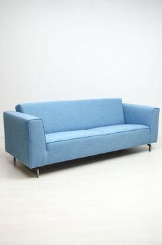 Mooie nieuwe bank van het merk Roels, dit is de kleur jazz143. een mooie lichtblauwe kleur die we gekozen hebben voor ons showroommodel (snel te leveren). De poten die eronder zitten zijn de poten: Kx 255-140-A045. Natuurlijk zijn er nog veel verschillende kleuren en stoffen waarin deze bank te bestellen is. Kom snel eens kijken!!