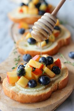 Goat Cheese Crostini with Blueberry and Peach Thyme Salsa - Damn Delicious I Love Food, Good Food, Yummy Food, Appetizer Recipes, Dessert Recipes, Appetizer Dessert, Gourmet Desserts, Plated Desserts, Elegant Appetizers