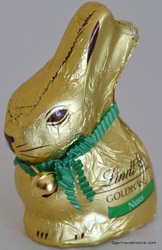 """The popular classic gold bunny with that certain something. If you like nut chocolate, you will love """"Lindt Goldhase Hazelnut"""". Made of tenderly melting alpine milk chocolate, it is richly peppered with crispy hazelnut pieces. Milka Chocolate, Easter Chocolate, Easter Candy, Easter Eggs, Classic Gold, Long Winter, All Brands, Mixed Drinks, Oreo"""