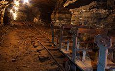 Interior da Mina de Ouro... atualmente funciona como ponto turístico onde é possível descer nestes carrinhos que foram conservados exatamente como eram na Época da corrida pelo ouro.
