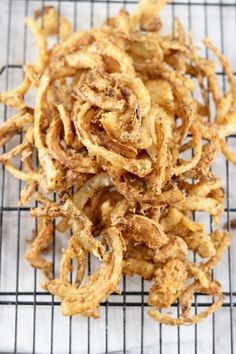 Easy Onion Strings ~ Crispy Burger Topping - Miss in the Kitchen Onion Strings, Mini Appetizers, Appetizer Recipes, Healthy Appetizers, Hamburgers, Onion Recipes, Vegetable Recipes, Tapas, Onion Burger