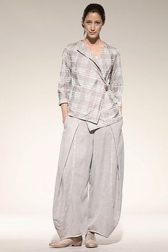 Trousers Guerina -- so, where couldn't you go in this outfit?  Seems ready for most any daytime excursion.: