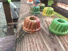 Basteln / matschen mit Kindern :-D . Egal ob gutes oder schlechtes Wetter . Mit ein bisschen Gips einer Silikon Form und etwas Farbe wird die Welt ein wenig bunter .
