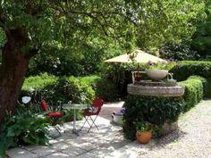 petit jardin amenagé le long d'un parc