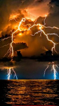 Lightning Strikes – Everything for Nature Lightning Drawing, Lightning Cloud, Thunder And Lightning, Lightning Strikes, Lightning Storms, Lightning Photography, Nature Photography, Natural Phenomena, Natural Disasters