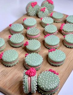These cactus macarons are hysterical. Perfect for a fun and spunky br… Umm hello! These cactus macarons are hysterical. Perfect for a fun and spunky bridal or baby shower. Cactus macarons 🌵 by Custom color of icing and shells using Macaroon Recipes, Dessert Recipes, Cactus Cake, Cactus Cactus, Cactus Cupcakes, Cactus Food, Indoor Cactus, Mini Cupcakes, Cupcake Cakes