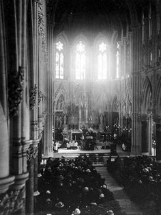 A Requiem Mass for the Titanic victims took place in Cobh (Queenstown) Cathedral on April Frank's Uncle Robert, the Bishop, presided. Titanic Real, Titanic Sinking, Titanic History, Titanic Ship, Liverpool, Interesting History, Old Photos, Vintage Photos, American History