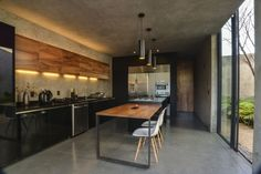 Concrete, Wood  Black Kitchen | Prado House, CoA arquitectura + Estudio Macías Peredo