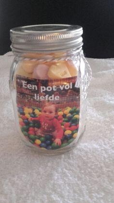 Cadeau van Tess voor de opa's en oma's op Valentijnsdag: een pot met hartjes