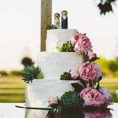 Noiva que ama artesanato! A @silviamarie fez o próprio topinho de bolo e ficou uma graça! No blog, tem muitas lindezas e #diy desse casamento incrível! ♥️ #amolapisdenoiva #bolodecasamento #topinhodebolo #noivinhos #diylover #casamentodedia #muitoamor {foto: @18elementos | bolo: @mrtgastronomia}