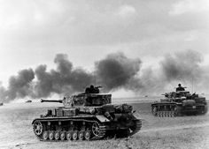 German panzers in action, Eastern Front, 1942: The tanks in the photo are (on the left) a Panzer IV with a 75mm KwK40/L43 and (right) a Panzer III with the 50mm KwK39/L60.