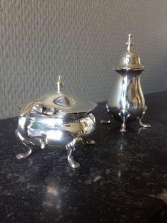 Online veilinghuis Catawiki: Zilveren mosterdpotje met blauwglazen binnenbak en bijhorende peperstrooier, Walker