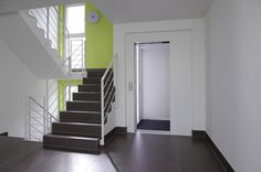 Treppenhaus im Mehrfamilienhaus Schindele von Baufritz - HausbauDirekt.de