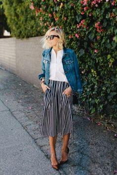 JAQUETA JEANS Pantacourt listrada, camisa branca, escarpins de bico fino e jaqueta jeans tiram a produção clássica do lugar-comum.