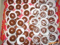 Z ingrediencí vytvoříme hmotu, necháme v lednici ztuhnout, tvarujeme kuličky a namáčíme do čokolády....