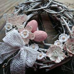 Velikonočně+Nostalgický+věneček+laděný+do+bílé+a+starorůžové,+háčkovaná+mašle,+kytičky+s+korálky,průměr30+cm. Burlap Wreath, Wreaths, Home Decor, Decoration Home, Room Decor, Bouquet, Interior Decorating, Floral Arrangements