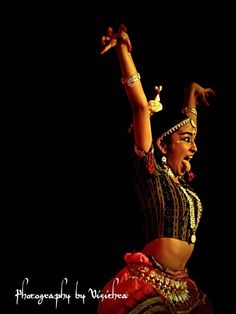 I photographed this odissi performance a few years ago. found it pinned here via an article i wrote on dance photography for tiffinbox.org - photography by visithra, #dance #indian #odissi http://v-eyez.blogspot.com