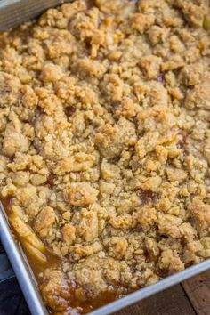 Ultimate Apple Crisp is a fall favorite full of sliced apples, cinnamon, brown sugar, butter, and crispy baked oats. Homemade Apple Crisp, Apple Crisp Easy, Apple Crisp Recipes, Apple Dessert Recipes, Easy Desserts, Apple Crisp Without Oats, Apple Crisp Pizza, Cinnamon Recipes, Candy Recipes