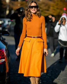 The chic street style of Olivia Palermo is the perfect inspiration to change your pleated maxi skirt to fall. It was seen leaving the Etro Fashion Show during Milan Fashion Week, the spring summer of 2019 in Milan, Italy. Estilo Olivia Palermo, Olivia Palermo Lookbook, Orange Outfits, Streetwear, Modest Fashion, Daily Fashion, Autumn Winter Fashion, Trends, Ideias Fashion