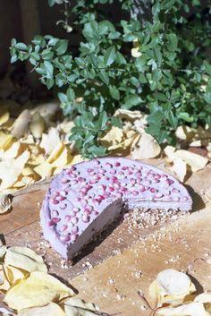 Raw Raspberry Almond Cheesecake - raspberries, cashews, almonds, dates, agave, salt, vanilla bean, pomegranate seeds. Looks really simple yet spectacular. #raw #vegan #paleo