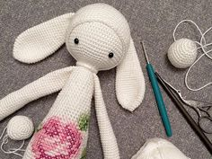 Lydia von Lalylala ist die Mama vieler, bunter Häkeltiere und Fantasiefiguren. Sie häkelt und entwirft diese super süßen Begleiter und schreibt wunderschöne Geschichten zu jedem Häkeltier. Heute zeigt sie Dir, wie Du in wenigen Schritten RITA, den Hasen, häkelst. Super, Crochet, Tejidos, Alphabet, Amigurumi, Lyrics, Crochet Stuffed Animals, Knitting And Crocheting, Hand Crafts