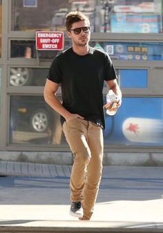 Calça bege e camiseta preta sempre cai bem. Zac Efron quase sempre é flagrado de óculos.
