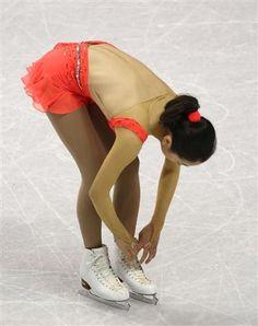 演技開始前、しきりに靴紐を気にしていたようにみられた浅田真央=14日、カナダ・オンタリオ州ロンドン