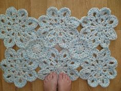 Chunky flower mat...would look great on a large scale as an area rug (crochet pattern)