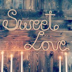 Drewniane ściany, rustykalne napisy, deski, dekoracje na słodkie stoły - to wszystko u nas i z nami - zapraszamy :) #weselerustykalne  #rusticwedding  #wesele  #dekoracjeweselne #edanart