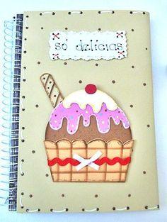 Decore a capa do caderno de receitas com EVA e tema de cupcakes. É uma ótima dica para presentear as amigas, mães e namoradas ou colocar à venda. Confira.