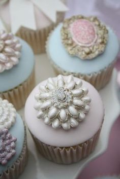 Endlessly beautiful floral topped pink cupcakes. #flowers #pink ...
