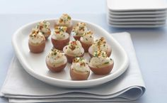 Mini New Potato Bites – The only things missing from this appetizer recipe are the tux and the silver tray! These Mini New Potato Bites are as well-dressed as they are delicious. Finger Food Appetizers, Yummy Appetizers, Appetizer Recipes, Party Appetizers, Appetizer List, Appetizer Ideas, Holiday Appetizers, Mini Potatoes, How To Cook Potatoes