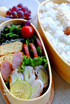 pork cuts, ham steak with cucumber, omelette, spinach, rice, cherry tomato, and lime. Japanese Food Art, Japanese Lunch Box, Ham Sauce, Ham Steaks, Cool Lunch Boxes, Bento Recipes, Food To Go, Breakfast For Dinner, Oriental