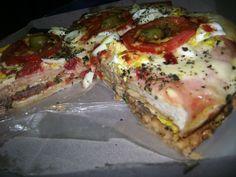 Lomo pizza argentino con masa de pizza, bife de lomo, tomate, muzzarella, mostaza y lechuga