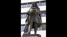 Vater des Binärcodes: Gottfried Wilhelm Leibniz-Gottfried Wilhelm Leibniz gilt als der größte deutsche Universalgelehrte seiner Zeit. Geboren 1646 in Leipzig, beschäftigte er sich mit zahlreichen Themengebieten von Philosophie über Mathematik und Physik bis hin zu Geschichte und Politik. Leibniz starb 1716 in Hannover, wo unter anderem die Universität und eine Bibliothek nach ihm benannt sind. Die Vielzahl an Werken und Forschungsergebnissen, die Leibniz Zeit seines Lebens veröffentlichte…